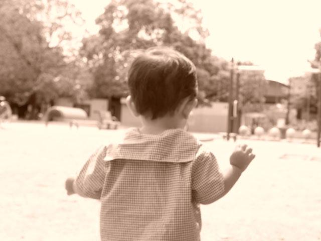 公園で走る子ども