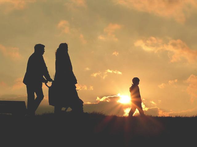 家族の時間を過ごす男性