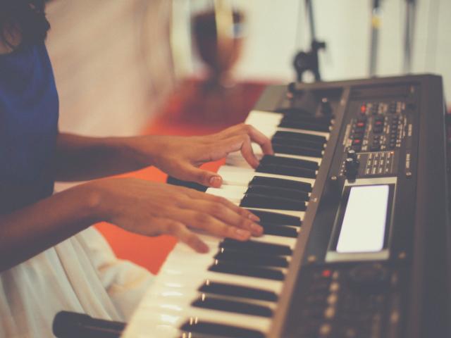 DTMでキーボードを演奏する人