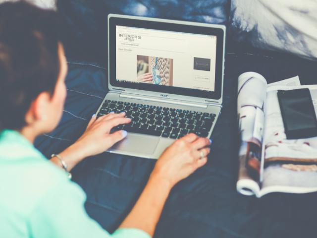 アフィリエイトブログを書いている女性