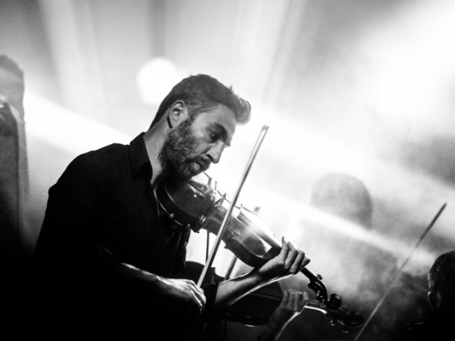 バイオリンを弾く作曲家