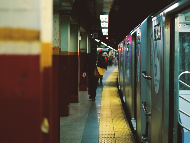 通勤中の地下鉄
