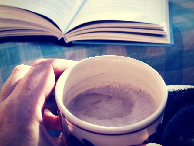 幸せそうに読書をする男性