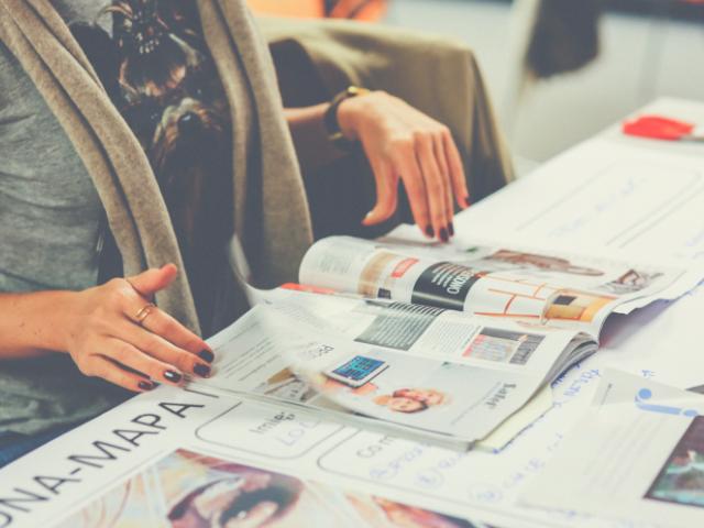 雑誌からブログを学ぶ女性
