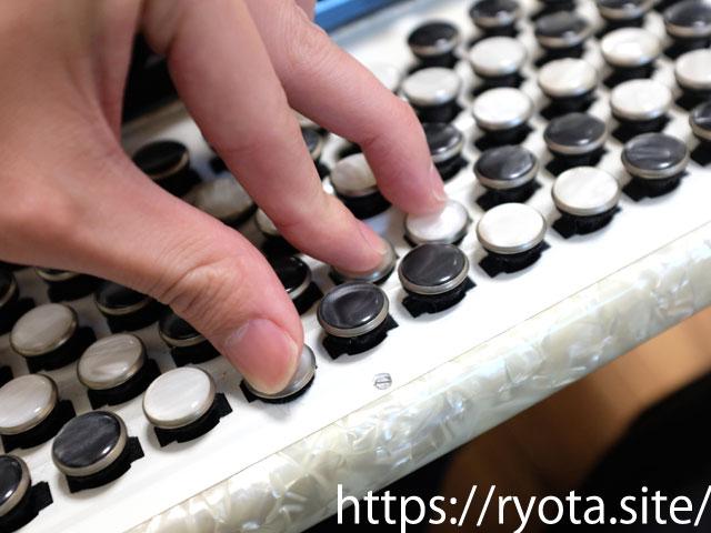 ボタン式アコーディオンでCコードを押さえる
