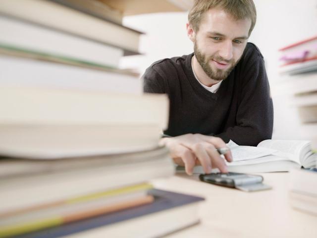 自宅で勉強をしている男性