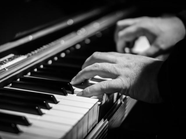 趣味で自由にピアノを弾けるようになった男性