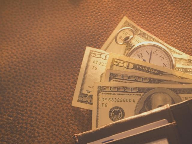 今月のお小遣いをもらった男性の財布