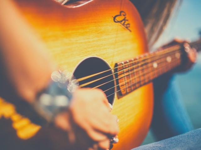 スタジオで楽器を弾くミュージシャン