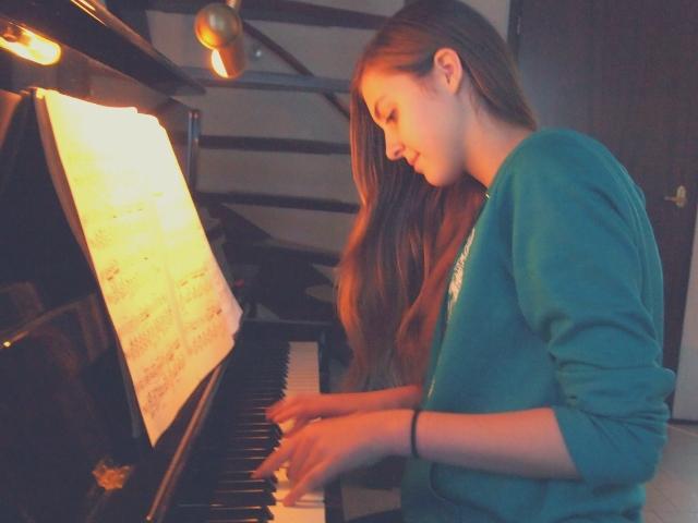 ピアノを独学している女性