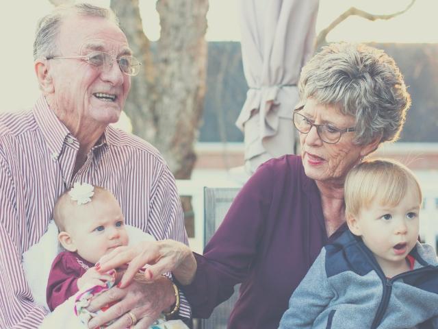孫と触れ合う高齢者世帯