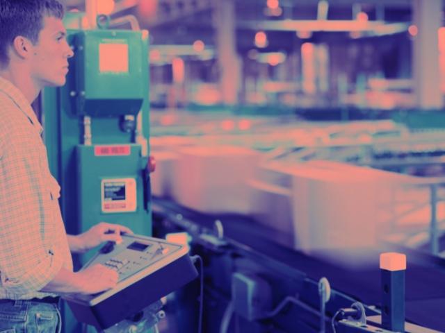 工場で複雑な操作をする男性