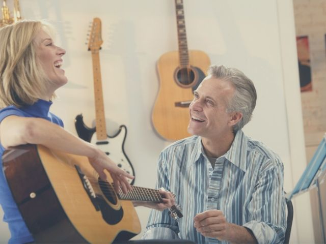ギターを教える講師