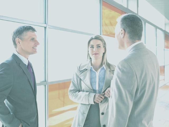 上司と雑談をしている男性